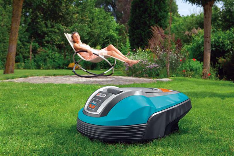 Photo du robot tondeuse Gardena R40Li en train de couper l'herbe dans un jardin
