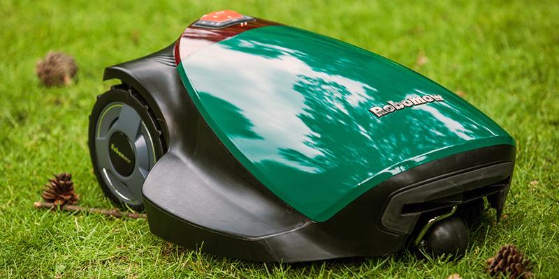 Photo d'un robot tondeuse dans l'herbe