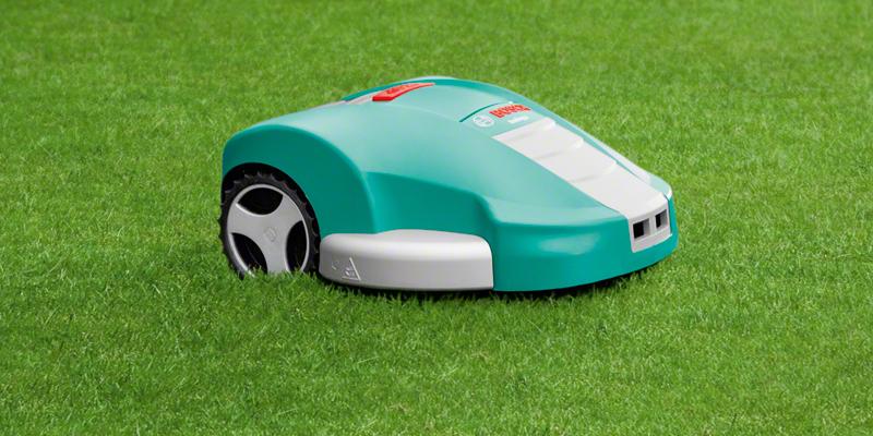 Photo du robot tondeuse Bosch Indego 1300 dans un jardin